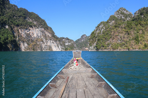 Staande foto Guilin Beautiful landscape,mountains ,lake,blue sky and natural attractions from a long tail boat in Ratchaprapha Dam at Khao Sok National Park,Suratthani ,THAILAND.