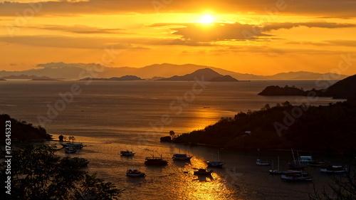 Keuken foto achterwand Zee zonsondergang spektakulärer Sonnenuntergang in der Bucht von Labuan Bajo auf Flores von oben gesehen