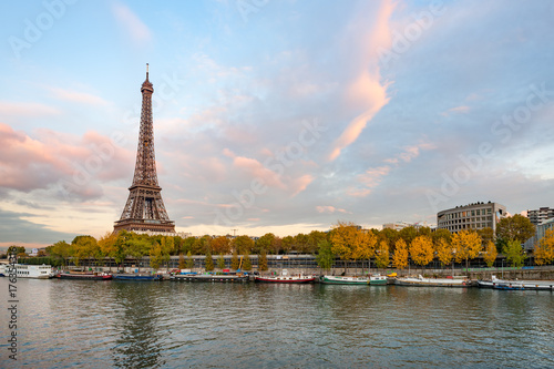 Foto op Plexiglas Eiffeltoren Eiffel tower at dusk in paris with river Seine in the foreground, France
