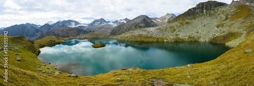 Fotobehang Bergen Mutterbergsee in den Stubaier Alpen
