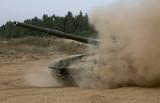 танк в пыли - 176363311