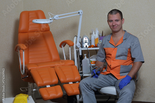 Fotobehang Manicure Master of pedicure and his equipment