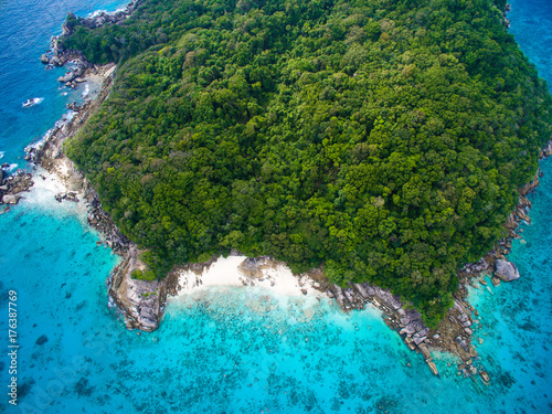 Fotobehang Blauw Top aerial view of isolated beautiful tropical island with white sand beach, blue clear water and granite stones. Also top view of speedboats above coral reef. Similan Islands, Thailand.