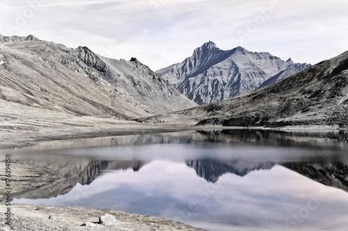 Poster Wit La vetta della Grivola, si riflette nelle acque del lago del colle del Nivolet.