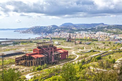 Fotobehang Napels Заброшенный завод в Баньоли - бывший промышленный район. Неаполь. Италия.
