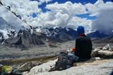 Турист сидит на горе Калапаттхам и смотрит на Эверест - 176407782