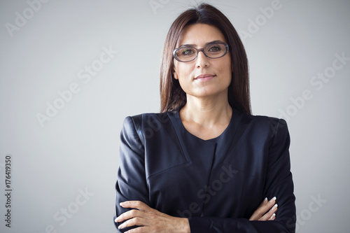 Foto Murales Portrait of businesswoman on grey background