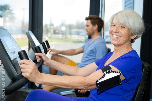 Poster senior woman in fitness center