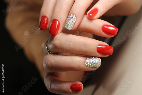 Papiers peints Manicure Manicure design is bright red and rhinestones