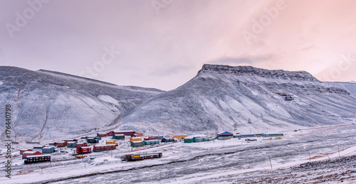 Foto op Aluminium Lichtroze Wallpaper norway landscape nature of the mountains of Spitsbergen Longyearbyen Svalbard building snow city on a polar day with arctic winter in the sunset