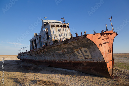 Spoed canvasdoek 2cm dik Schipbreuk Aral sea disaster. Abandoned rusty fishing boat at the desert on the place of former Aral sea
