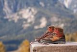 Wanderschuhe in den Bergen auf der Bank - 176503394