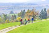 Radtour im spätherbstlichen bayrischen Oberland bei Murnau - 176512374