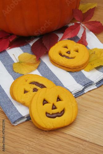 Biscotti a forma di zucca per la festa di Halloween su tavolo di legno Poster
