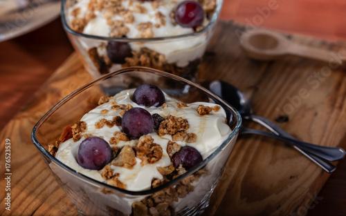 Sticker Yogur, Granola, Miel y Uvas cosechadas en casa servi9das en un cuenco de cristal