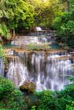 Wodospad w Tajlandii, o nazwie Huay lub Huai mae Khamin w Kanchanaburi Provience