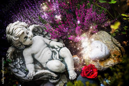 Engel in herbstlicher Grabgestaltung Poster