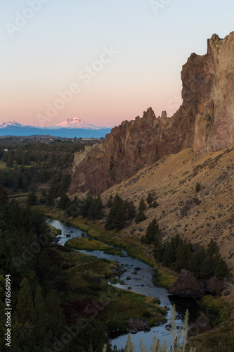 Fotobehang Bergrivier Mountains Glow at Sunrise at Smith Rock State Park