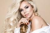 Portret piękna, uśmiechnięta blondynka z długimi włosami