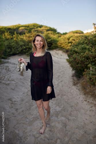 Glückliche Frau an einem Strandweg Poster