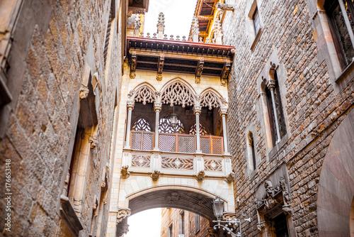ver-en-el-puente-de-los-suspiros-en-el-casco-antiguo-de-la-ciudad-de-barcelona