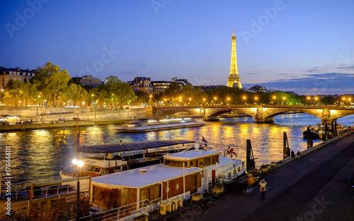 Fotobehang Parijs View of the Seine and the Tour Eiffel at night, Paris, France