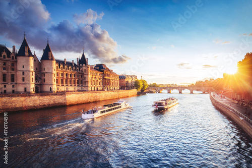 Papiers peints Paris Dramatic sunset over Cite in Paris, France, with Conciergerie, Pont Neuf and river Seine. Colourful travel background. Romantic cityscape.