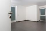 Blick durch eine offene Tür: Leerer, besenreiner, heller Luxusraum - 176717974