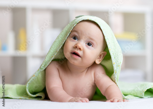 Póster cute baby in green towel after bathing
