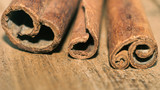 Sticks of fragrant cinnamon on wooden table close-up - 176726548