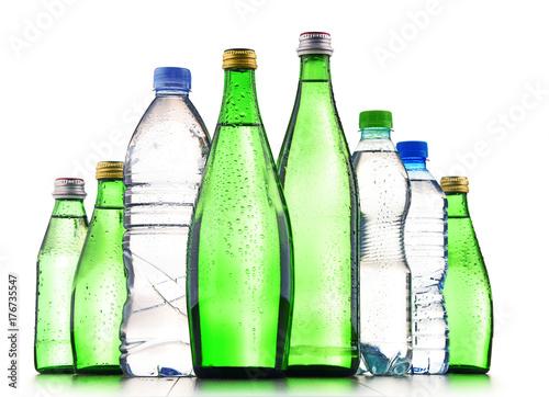 Różne rodzaje butelek zawierających wodę mineralną
