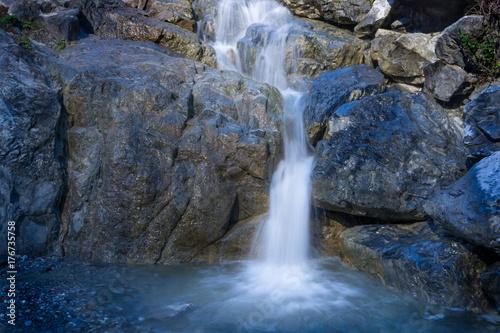 Wasserfall im steinigen Bergbach - 176735758