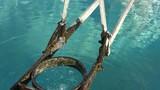 Wassertropfen am Brunnen - 176751397