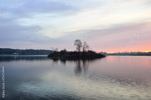 Samotna wyspa na jeziorze.