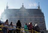 Das historische Rathaus in Bocholt, im Vordergrund die Herbstkirmes