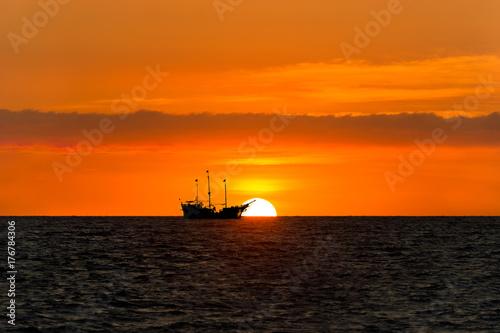 Fotobehang Schip Ship Pirate Silhouette