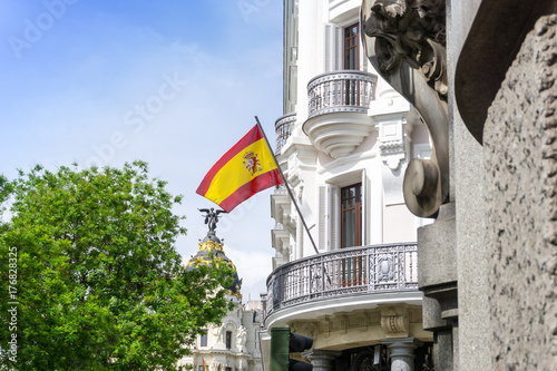 Papiers peints Madrid MADRID, SPAIN - April 20, 2017: Spanish flag, street view of downtown Madrid