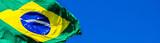 Bandeira do Brasil e céu azul.
