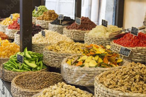 Frutas desidratadas na feira de alimentos orgânicos