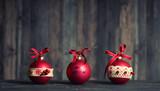 Weihnachtsdekoration - rote Kugeln - 176839748