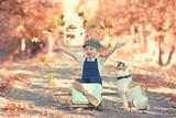 Herbst - Junge spielt mit seinem Hund im Park - 176844526