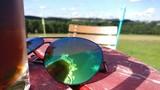 sonnenbrille auf tisch i II - 176845985