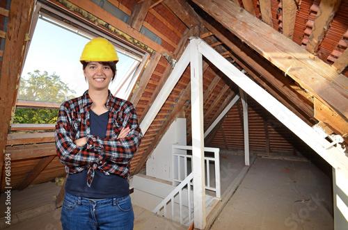 Baustelle mit Frau, Bauarbeiterin