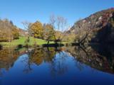 Wasserspiegelung im herbstlichen oberen Donautal - 176887143
