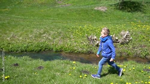 Plakat kids play near stream
