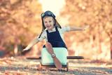 lachendes Kind spielt im Herbst - 176962986