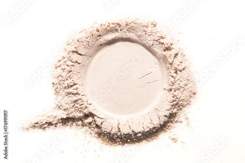 makijaż w kolorze neutralnym w proszku kolor różowy beżowy