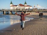 Frau genießt Urlaub an der Ostsee - 177033126