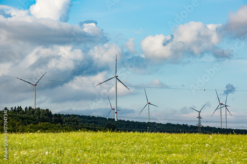 Windraeder und Strommast Poster