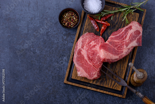 Papiers peints Steakhouse Raw meat, beef steak on black background and wooden board